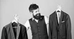 Επί παραγγελία κοστούμι Πιό couturier ράφτης μόδας ατόμων γενειοφόρος Κομψή εξάρτηση συνήθειας Προσαρμογή και σχέδιο ενδυμάτων Τέ στοκ εικόνες