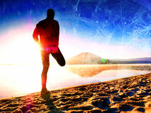 Επίδραση ταινιών Άτομο που ασκεί στην παραλία Σκιαγραφία του ενεργού ατόμου που ασκεί και που τεντώνει στην παραλία λιμνών στην α Στοκ φωτογραφία με δικαίωμα ελεύθερης χρήσης