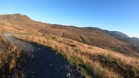 Επί της κάμερας: Βουνών προς τα κάτω στο δρόμο πετρών στο βουνό πλακών, Μεγάλη Βρετανία Άποψη από το πρώτο πρόσωπο φιλμ μικρού μήκους