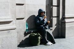 Επαίτης ατόμων που ζητά τα χρήματα Στοκ Φωτογραφίες