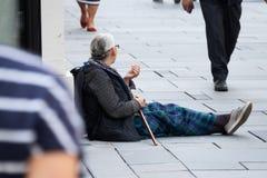 Επαίτης στην οδό αγορών Στοκ φωτογραφία με δικαίωμα ελεύθερης χρήσης