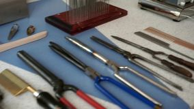 Επαγγελματικά εργαλεία για το κούρεμα στο κατάστημα κουρέων απόθεμα βίντεο