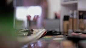 Επαγγελματικά καλλυντικά στο σαλόνι σύνθεσης Πολυτελή καλλυντικά για τη σύνθεση Πολύχρωμο κραγιόν, σκιές, σκόνη απόθεμα βίντεο