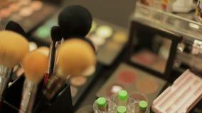 Επαγγελματικά καλλυντικά στο σαλόνι σύνθεσης Πολυτελή καλλυντικά για τη σύνθεση Πολύχρωμο κραγιόν, σκιές, σκόνη φιλμ μικρού μήκους