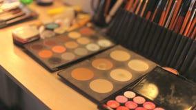 Επαγγελματικά καλλυντικά makeup στον πίνακα στο στούντιο Επαγγελματικές βούρτσες makeup φιλμ μικρού μήκους