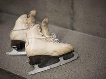 Επαγγελματικά παπούτσια πατινάζ πάγου στο βεστιάριο Στοκ Εικόνες