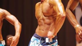Επαγγελματικά bodybuilders που θέτουν στη σκηνή στον αθλητικό ανταγωνισμό, αθλητισμός φιλμ μικρού μήκους