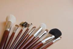 Επαγγελματικές βούρτσες makeup σε ένα μπεζ υπόβαθρο στοκ εικόνες με δικαίωμα ελεύθερης χρήσης