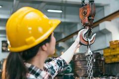 Επαγγελματική άλεση που επεξεργάζεται το διευθυντή εργοστασίων στη μηχανή Στοκ φωτογραφία με δικαίωμα ελεύθερης χρήσης