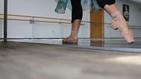 Επαγγελματική άσκηση χορευτών μπαλέτου κοντά σε έναν φραγμό μπαλέτου Βλαστός ποδιών κινηματογραφήσεων σε πρώτο πλάνο απόθεμα βίντεο