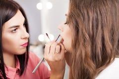 Επαγγελματική διαδικασία makeup Ο καλλιτέχνης κάνει το ύφος προσώπου στοκ φωτογραφία