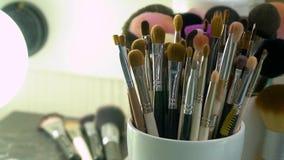 Επαγγελματική εξάρτηση βουρτσών καλλυντικών makeup στην κίνηση απόθεμα βίντεο