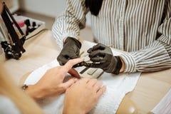 Επαγγελματική επιδερμίδα αφαίρεσης μανικιούρ κύρια του πελάτη της στοκ φωτογραφία με δικαίωμα ελεύθερης χρήσης