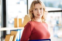 Επαγγελματική ευχαριστημένη επιχειρηματίας που εξετάζει σας Στοκ Εικόνα