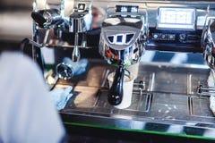 επαγγελματική ηλεκτρική μηχανή καφέ για ένα ποτό ενδυνάμωσης, εξοπλισμός για τις καφετερίες στοκ εικόνα