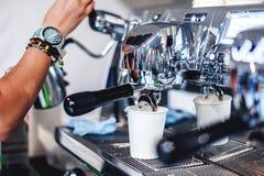 επαγγελματική ηλεκτρική μηχανή καφέ για ένα ποτό ενδυνάμωσης, εξοπλισμός για τις καφετερίες στοκ εικόνες