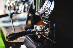 επαγγελματική ηλεκτρική μηχανή καφέ για ένα ποτό ενδυνάμωσης, εξοπλισμός για τις καφετερίες στοκ φωτογραφία με δικαίωμα ελεύθερης χρήσης