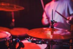 Επαγγελματική καθορισμένη κινηματογράφηση σε πρώτο πλάνο τυμπάνων Τυμπανιστής με τα τύμπανα, συναυλία ζωντανής μουσικής στοκ εικόνα με δικαίωμα ελεύθερης χρήσης
