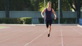 Επαγγελματική κατάρτιση αθλητών κάθε μέρα στο στάδιο, να τρέξει υπαίθρια σε αργή κίνηση απόθεμα βίντεο