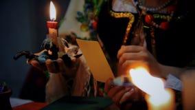 Επαγγελματική μάγισσα που βάζει το μάτι διαβόλων στην κυρία, που χρησιμοποιεί τη φωτογραφία, μαύρος μαγικός απόθεμα βίντεο
