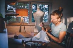 Επαγγελματική μοδίστρα, σχεδιαστής που κάνει ένα κοστούμι στο ατελιέ στοκ εικόνες