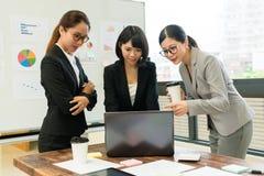 Επαγγελματική ομάδα εργασίας επιχείρησης που χρησιμοποιεί το κινητό lap-top Στοκ Εικόνες