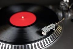 Επαγγελματική περιστροφική πλάκα κομμάτων djs με το κόκκινο και πίσω αρχείο Αναλογικός ακουστικός εξοπλισμός σκηνών για τη συναυλ στοκ εικόνες με δικαίωμα ελεύθερης χρήσης