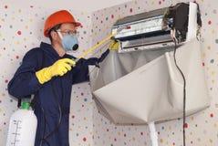 Επαγγελματική συντήρηση των κλιματιστικών μηχανημάτων Στοκ φωτογραφία με δικαίωμα ελεύθερης χρήσης