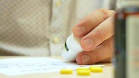 Επαγγελματική συνταγή γραψίματος γιατρών υγειονομικής περίθαλψης για τα χάπια ή τα φάρμακα ταμπλετών απόθεμα βίντεο