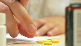 Επαγγελματική συνταγή γραψίματος γιατρών υγειονομικής περίθαλψης για τα χάπια ταμπλετών απόθεμα βίντεο