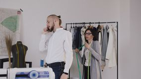 Επαγγελματική σχεδιαστής μόδας ή μοδίστρα που παίρνει τις μετρήσεις για το ράψιμο του κοστουμιού στο κατάστημα ραφτών Seamstress  φιλμ μικρού μήκους