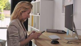 Επαγγελματική χρήση διευθυντών κινητή στο εσωτερικό απόθεμα βίντεο