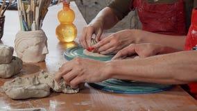 Επαγγελματικοί αγγειοπλάστες που εργάζονται με τον άργιλο στο στούντιο κεραμικής απόθεμα βίντεο