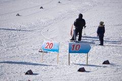 Επαγγελματικοί ανταγωνισμοί στο ανώμαλο πρωτάθλημα αγώνα κάνω σκι-παγκόσμιων σκι στην εννοιολογική εικόνα του χειμώνα ολυμπιακού στοκ εικόνες