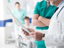 Επαγγελματικοί γιατροί που εξετάζουν την υπομονετική ακτίνα X ` s στοκ φωτογραφίες