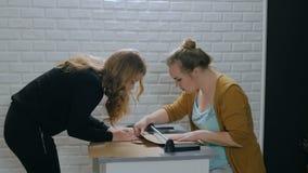 Επαγγελματικοί διακοσμητές γυναικών που εργάζονται με το έγγραφο του Κραφτ απόθεμα βίντεο
