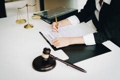 Επαγγελματικοί θηλυκοί δικηγόροι που εργάζονται στις εταιρίες νόμου Ο δικαστής έδωσε στοκ εικόνα με δικαίωμα ελεύθερης χρήσης