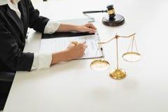 Επαγγελματικοί θηλυκοί δικηγόροι που εργάζονται στις εταιρίες νόμου Ο δικαστής έδωσε στοκ φωτογραφία
