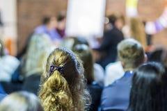 Επαγγελματικοί μεσολαβητές που έχουν μια δημόσια συζήτηση στη διάσκεψη στρογγυλής τραπέζης Στοκ Φωτογραφίες