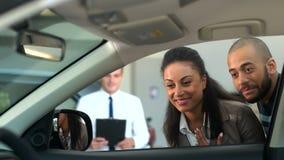 Επαγγελματικός έμπορος αυτοκινήτων που συνεργάζεται με τους πελάτες του απόθεμα βίντεο