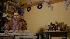 Επαγγελματικός αγγειοπλάστης γυναικών που προετοιμάζει τον άργιλο για την εργασία απόθεμα βίντεο