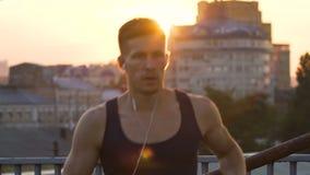 Επαγγελματικός αθλητής που τρέχει γύρω το πρωί, που κρατιέται στη καλή φόρμα φιλμ μικρού μήκους