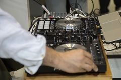 Επαγγελματικός ακουστικός υγιής έλεγχος μουσικής αναμικτών, ηλεκτρονική συσκευή στην υπαίθρια συναυλία στοκ εικόνες