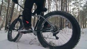 Επαγγελματικός ακραίος ποδηλάτης αθλητικών τύπων που οδηγά το παχύ ποδήλατο σε υπαίθριο Άποψη κινηματογραφήσεων σε πρώτο πλάνο τη φιλμ μικρού μήκους
