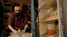 Επαγγελματικός αρσενικός αγγειοπλάστης που εργάζεται με τον άργιλο στη ρόδα αγγειοπλαστών ` s Στοκ φωτογραφία με δικαίωμα ελεύθερης χρήσης