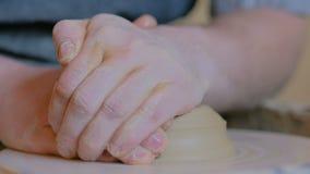 Επαγγελματικός αρσενικός αγγειοπλάστης που εργάζεται με τον άργιλο στη ρόδα αγγειοπλαστών ` s απόθεμα βίντεο