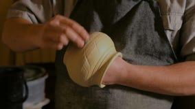 Επαγγελματικός αρσενικός αγγειοπλάστης που εργάζεται στο εργαστήριο απόθεμα βίντεο