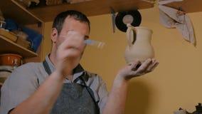Επαγγελματικός αρσενικός αγγειοπλάστης που εργάζεται στο εργαστήριο, στούντιο απόθεμα βίντεο