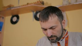 Επαγγελματικός αρσενικός αγγειοπλάστης που εργάζεται στο στούντιο φιλμ μικρού μήκους