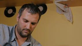 Επαγγελματικός αρσενικός αγγειοπλάστης που εργάζεται στο στούντιο απόθεμα βίντεο